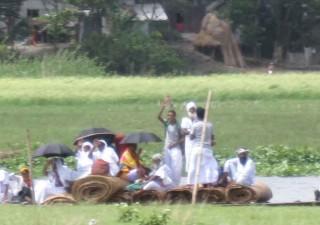 船で村を去るフォキールたち Photo By スルティ