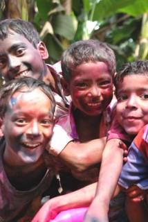 ホーリーの祭りで色粉を塗り合った子供たち Photo By はな