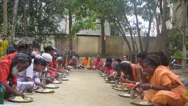 アシュラムのお祭りで修行者の人たちに食事をふるまう
