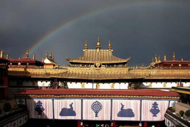 ジョカン寺(大昭寺)を虹が彩る