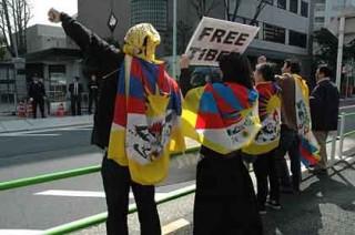13日午前中中国大使館前で行われた抗議