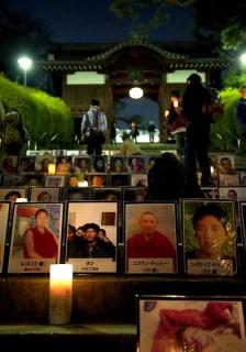 13日夜に護国寺で行われた追悼