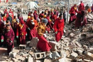 瓦礫に埋まった被災者を捜索する僧侶たち