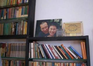 書棚に飾られた劉暁波夫妻の写真