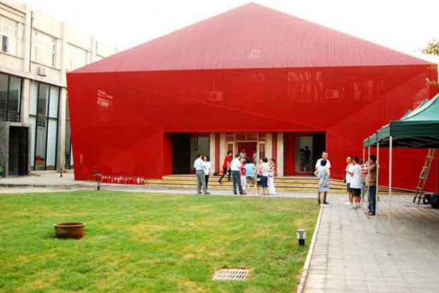 敷地内の劇場や中庭では舞踏団によるパフォーマンスなどが行われる