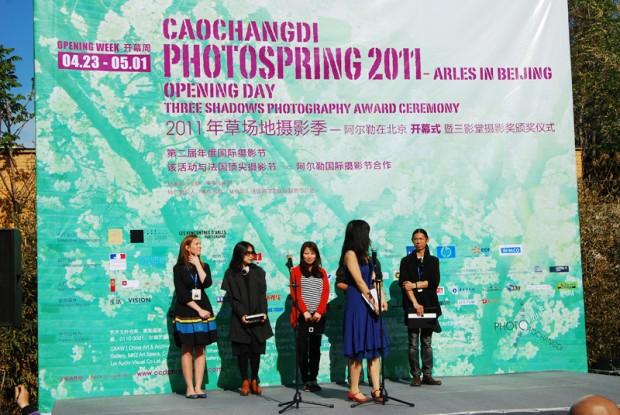 「草場地春の写真祭2011」の開幕式の様子