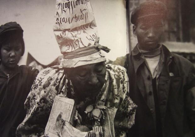 初期の写真『殺劫』114頁、糾弾される僧侶