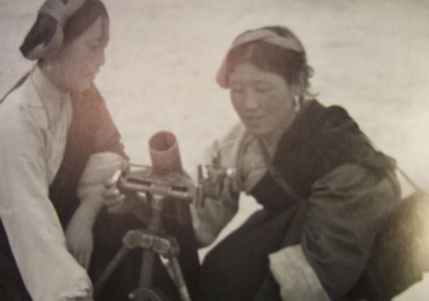 後半の写真『殺劫』246頁、70年代のカムの女性民兵