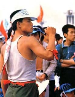 こぶしを握りしめ、頑強な筋肉を見せる張健