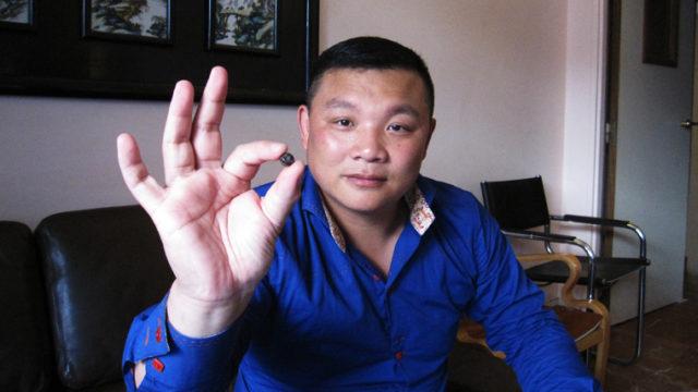 摘出した弾丸を手にする張健(二〇一〇年八月一九日、パリにて)