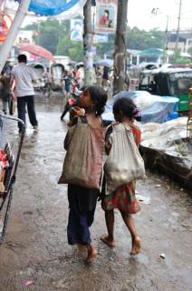 廃品回収で生計を立てるストリートの少女たち