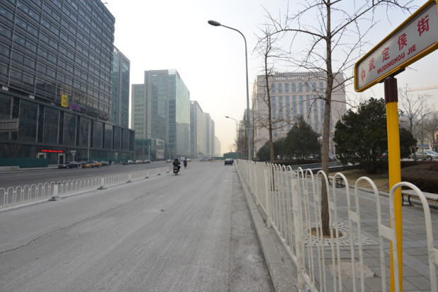 旧「武定侯胡同」。拡幅後、「胡同」を、より広い道を表す「街」へと改名。