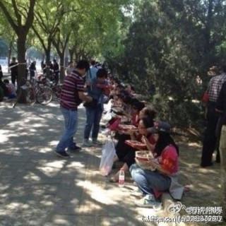 ウェイボーで公表された写真。支給された同じ弁当を食べる反日デモ隊員。