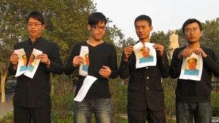 ◀2012年11月、鄭州、毛沢東の写真を裂き、タブーを破る青年たち。