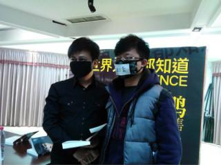 作家、ブロガーの李承鵬は、新刊『世界のみんなは知ってるぜ』記念サイン会で、挨拶まで発言を禁止されたため、抗議のパフォーマンスで訴えた。2013年01月、成都。