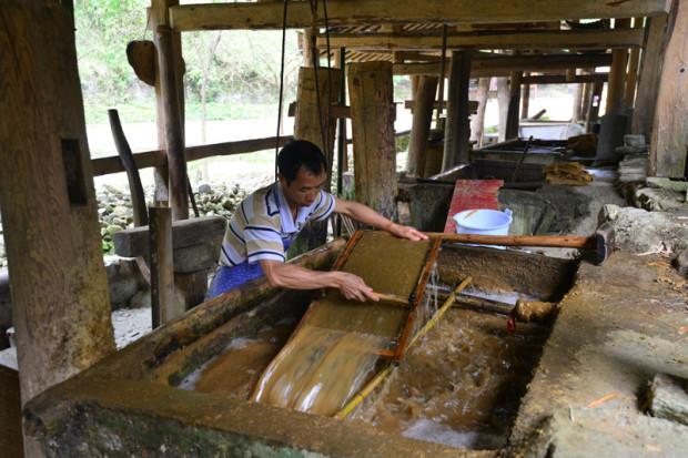 紙を漉く職人たち