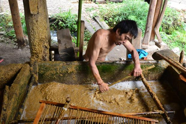 パルプを水に溶かし、漉く準備をしている職人
