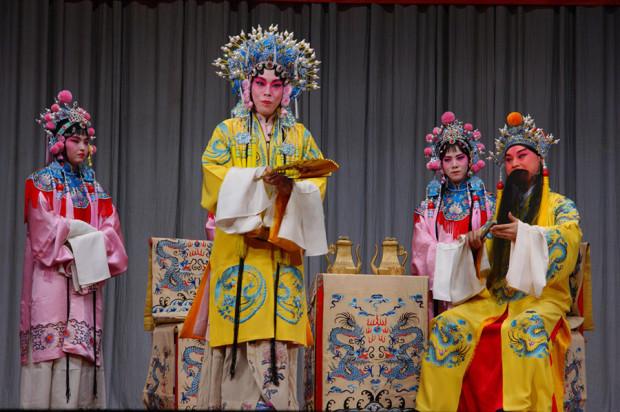 「長生殿・小宴」の舞台。楊貴妃役は三野雄一郎さん、玄宗役は邵崢さん(写真/張全)