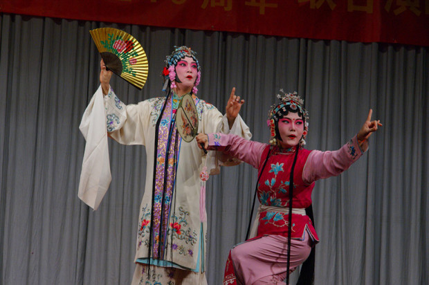 「牡丹亭・游園」より。左の杜麗娘役は福永美菜さん、右の春香役は関優子さん(写真/張全)