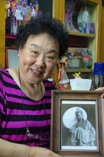 当時の写真を手に持つ張毓文老師(写真/張全)