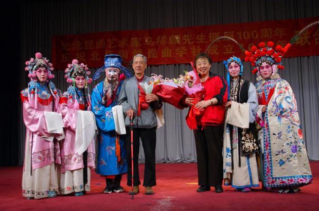 公演の後の師匠夫妻への花束贈呈。左は立ち回りが専門の元北昆の名優、戴祥麒老師、右は張毓文老師(写真/張全)