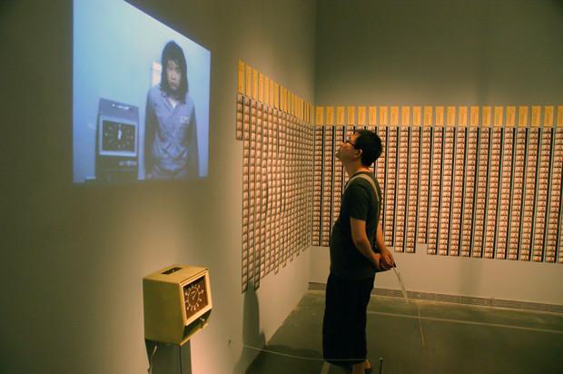 謝徳慶のパフォーマンス作品、「カードを打つ」。器械は当時のもの(撮影/張全)