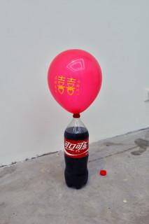 厲檳源の「我有病」展の展示風景より コーラの気泡で膨らむ風船(撮影/張全)