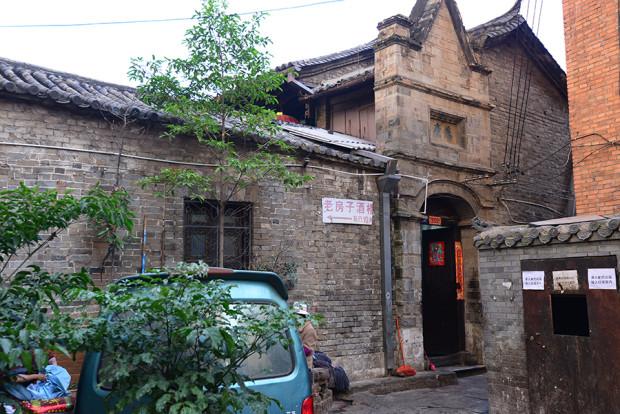 昆明の市場横に残る、伝統的な屋敷跡