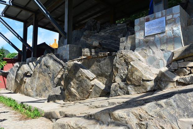 石刻のある岩塊の一部