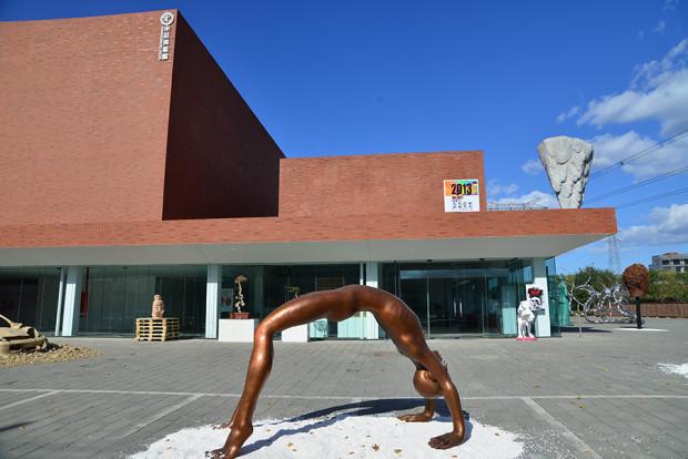宋荘美術館前の陳文令の彫刻作品
