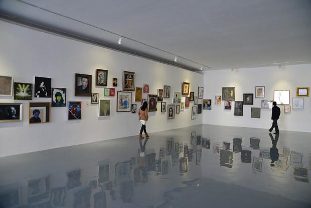 宋荘美術館内に並ぶ自画像