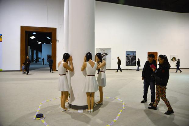 上上国際美術館の展示風景 手前は向京の彫塑作品
