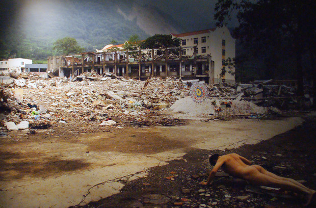 同上、区志航「あの時」2008年5月12日、14:28 汶川大地震(写真/張全)