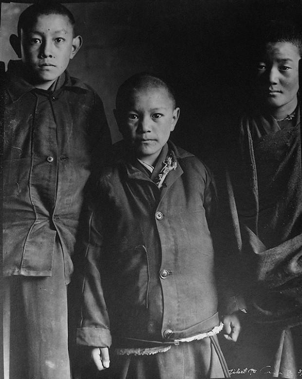 同上、高波「チベット人たち──三人の男の子」、1995年(写真/三影堂撮影芸術センター提供)