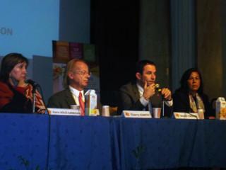 発表中のブノワ・アモン社会的連帯経済・消費担当相(フランス)。一番左はソリス経済社会包摂相(エクアドル)、その隣にティエリ・ジャンテ・モンブラン会議議長、そして一番右はナディラ・エル・ゲルメ人間開発ナショナルイニシアチブ局長(モロッコ)。