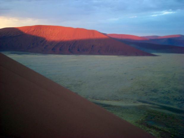 朝陽に目覚めるナミブ砂漠(ナミビア)