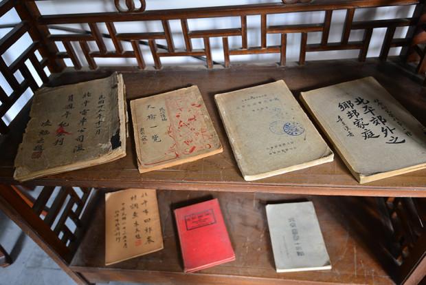 磚読空間に並ぶ貴重な書物