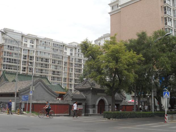 マンションとショッピングエリアに囲まれた「火徳真君廟」址