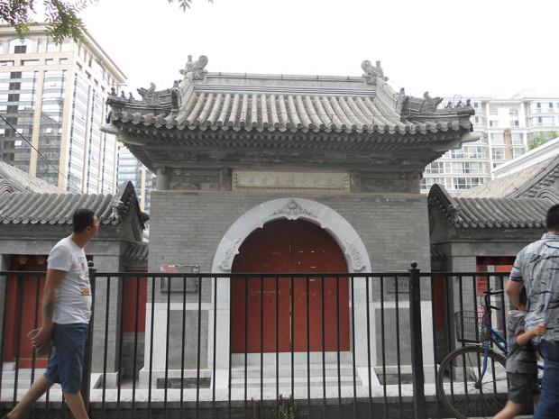 再建されたという「火徳真君廟」の山門