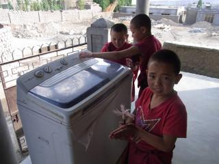 洗濯機の使い方を教えてくれた少女