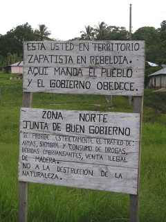 サパティスタ実効支配地域で見かける看板。「ここでは民衆が指揮し、政府はそれに服従するのだ」