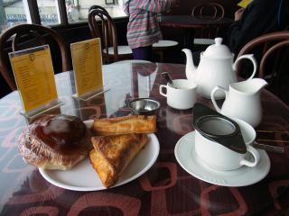 ダージリンの街でインド人観光客が紅茶を飲む