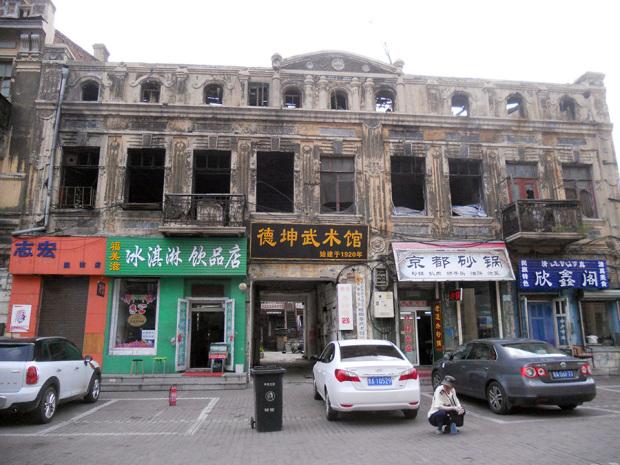 中央大街の周辺に残る未改修の建物(撮影/筆者)