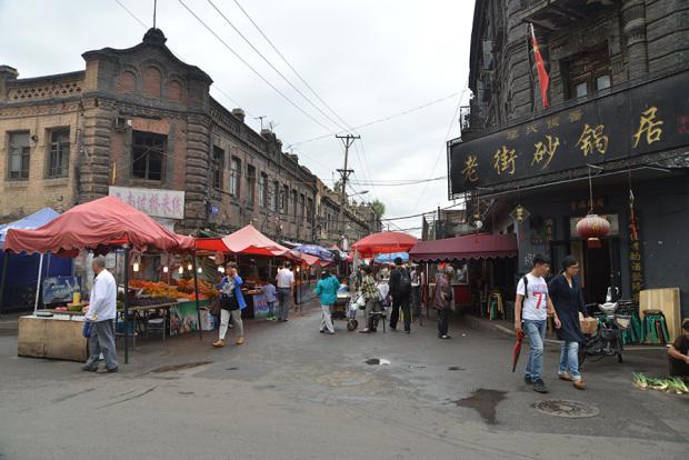 市場のある通り、三道街の入り口(撮影/張全)