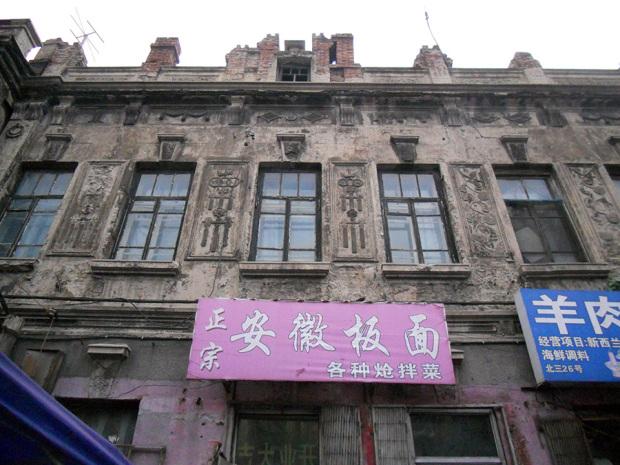 彫刻が施された三道街の建物(撮影/筆者)