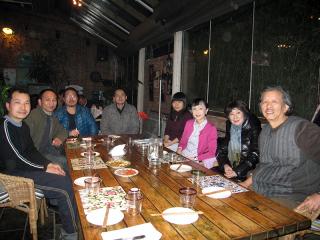 二〇一四年三月、北京・宋庄アート・コミュニティ。右から厳正学ご夫妻、筆者、上訪民の候さん、王蔵、張海鷹、王鵬、呂上の各氏。その中の王蔵、張海鷹、呂上が拘束されている。