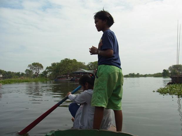 トンレサップ湖で舟をこぐ子供