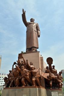 中山広場の中央にある毛沢東像。日本統治期は日露戦役紀念碑があった(張全撮影)