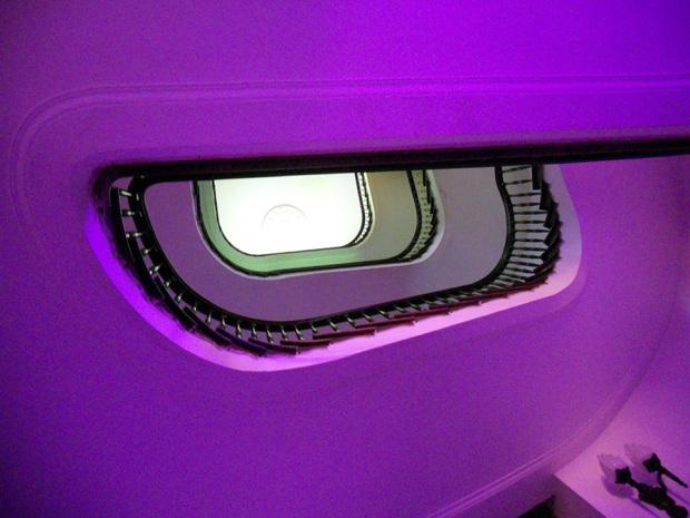 美しいカーブを描く旧ヤマトホテルの螺旋階段(筆者撮影)