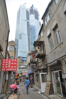 同上。背後には大連一の高さのビル(張全撮影)